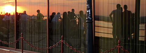 Festivalgoers enjoying the sunset (photo by Anne Wizorek)